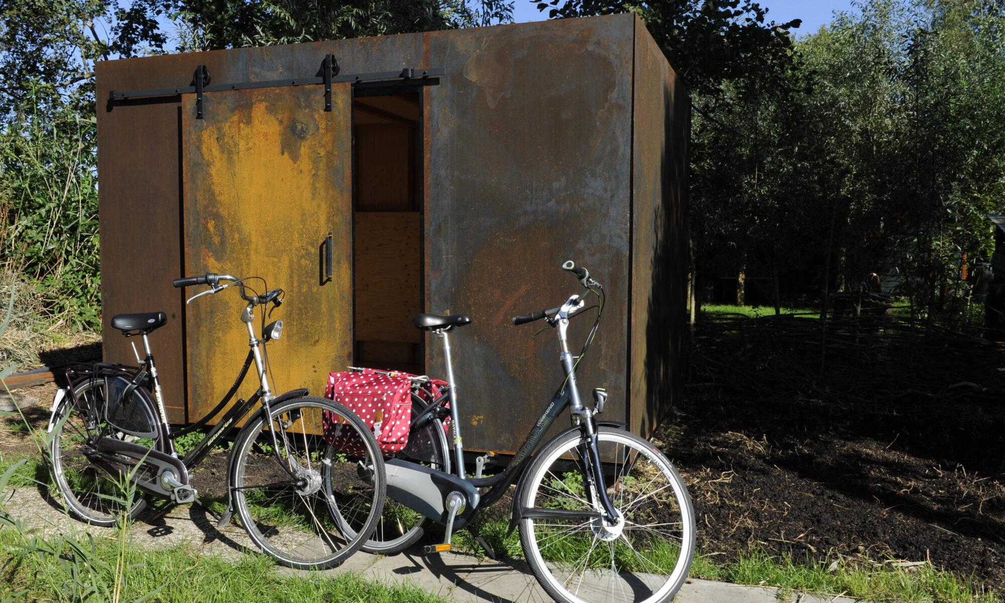 voor gasten van het vakantiehuis staan twee fietsen klaar om de omgeving te verkennen